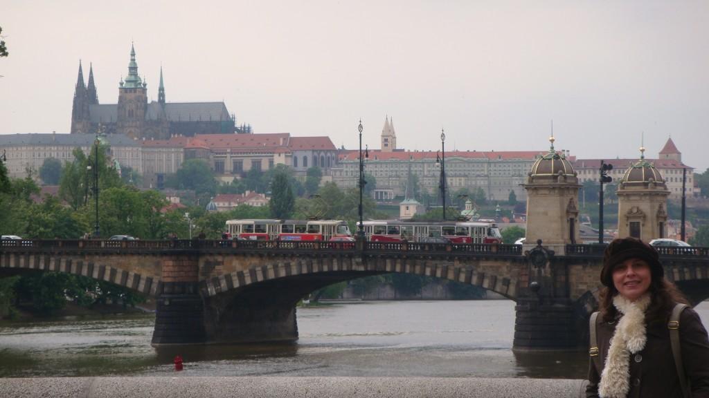 Raquel, a autora do Blog, no canto direito da foto. Atrás dela, uma das pontes de Praga com o castelo ao fundo