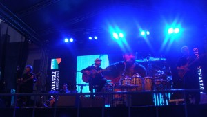 palco com João Bosco e banda se apresentando