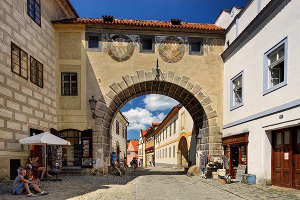 Arco renascentista no centro histórico de Cesky Krumlov, na Rep. Tcheca