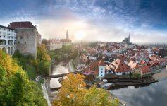 foto em estilo panorama de Cesky Krumlov, cidade medieval da República Tcheca