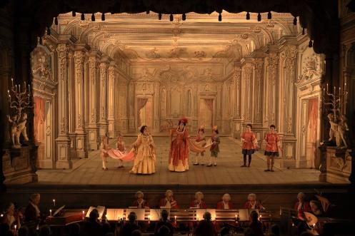 palco do teatro barroco de CEsky Krumlov com seis pessoas em cena apresentando uma ópera barroca