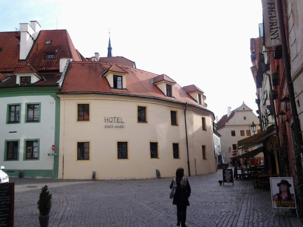 uma mulher andando nas ruelas medievais de Cesky Krumlov, na República Tcheca
