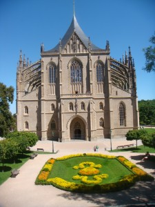frente de uma catedral gótica com um lindo e bem cuidado jardim