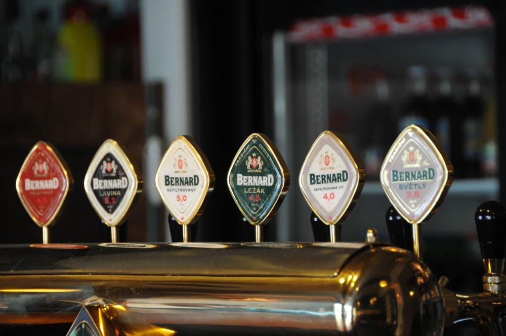 Balcão de bar com vários tipos de cerveja bernard servida em tanque