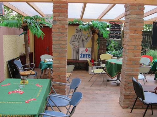Espaço de confraternização de um bar/restaurante com várias mesas