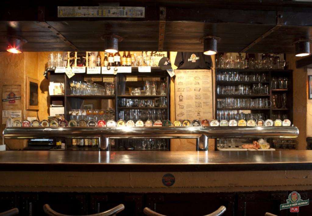 balcão de um bar com vários tipos de cerveja