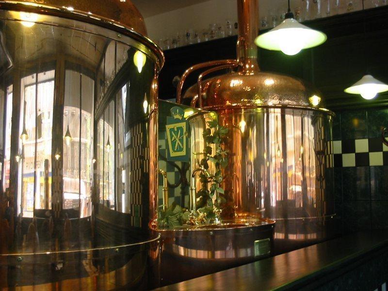 Dois grandes silos para armazenar cerveja