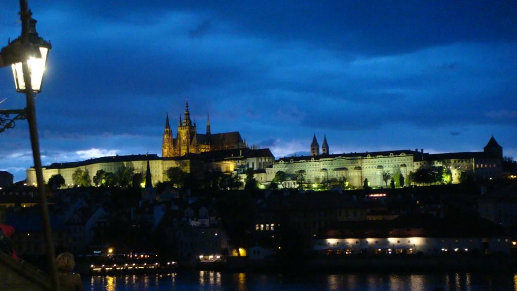 imagem do castelo de Praga no horizonte em um céu azul escuro no começo da noite
