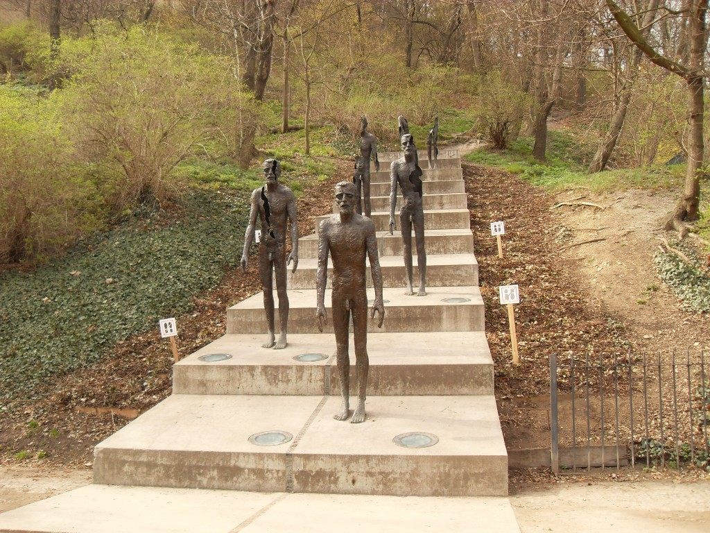 esculturas em forma de pessoas desaparecendo gradativamente