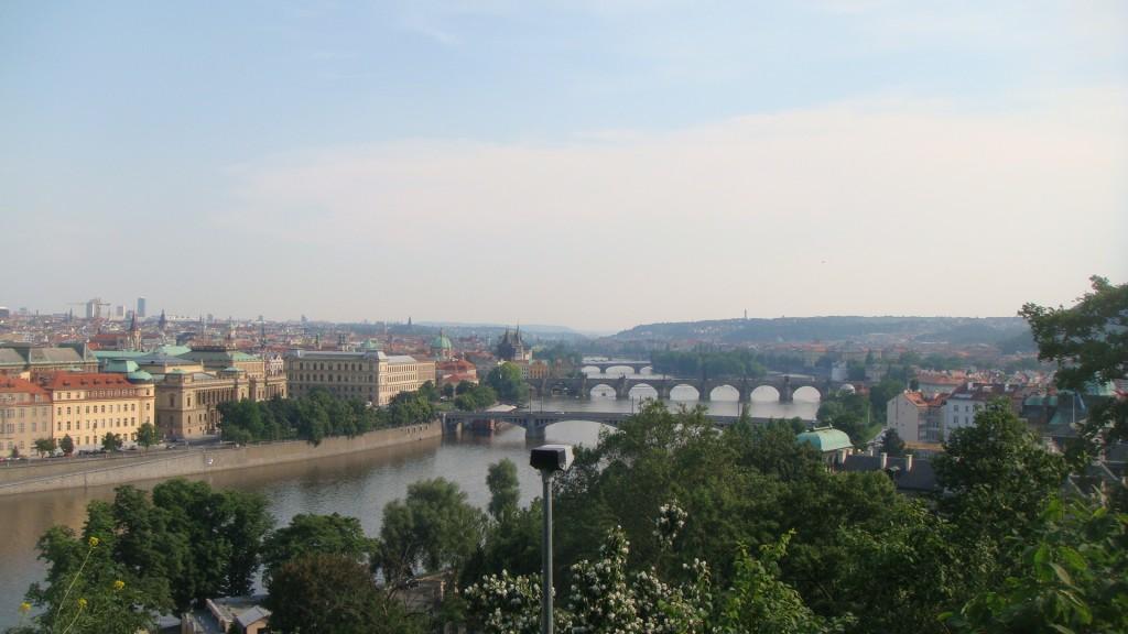 cidade de Praga com suas pontes ao longo do rio