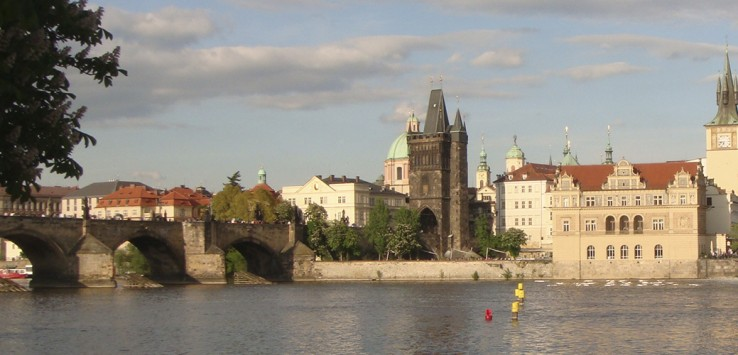 rio Vltava com prédios históricos de Praga do outro lado da margem