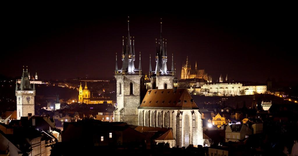 vista da cidade de Praga à noite com suas torres e igrejas iluminadas