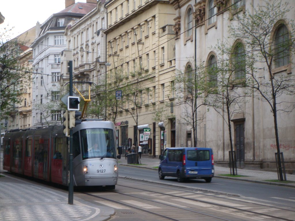 bonde elétrico moderno circulando nas ruas de Praga