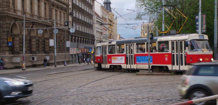 bonde elétrico circulando pela cidade de Praga na República Tcheca