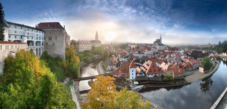 vista panorâmica da cidade de Cesky Krumlov, cidade com um rio no meio e castelos medievais, parece cenário de contos de fadas