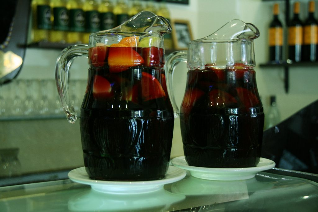 Duas jarras com um coktail espanhol chamado calimocho, que mistura vinho e coca cola