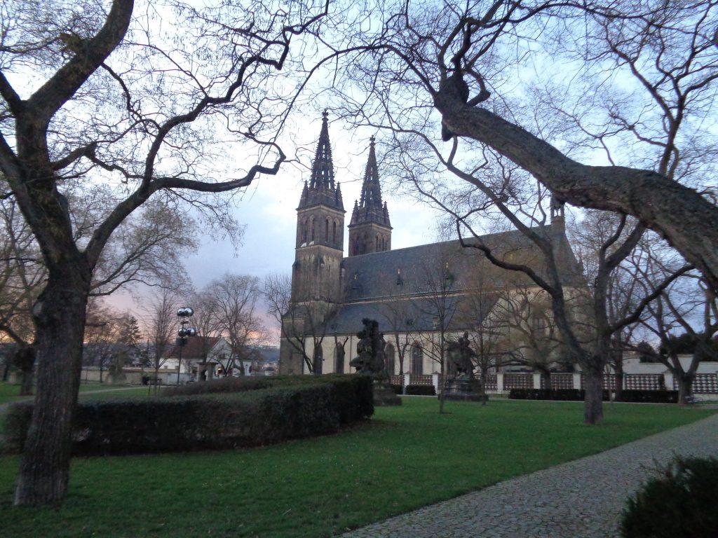 igreja medieval em uma fortaleza com o céu de fim de tarde no inverno