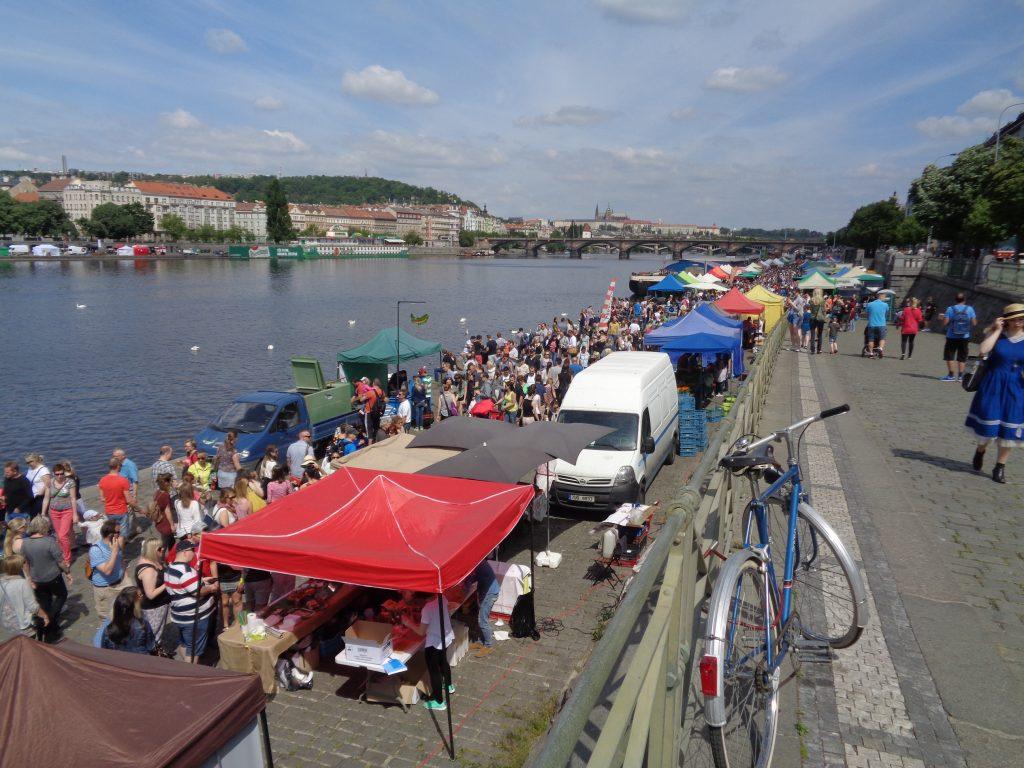 feira de rua com várias barracas com produtos locais