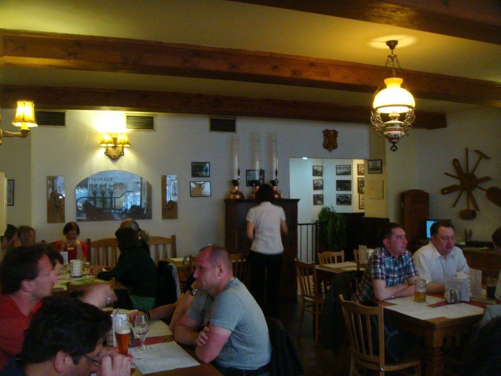 ambiente de um restaurante e cervejaria, descontraído com as pessoas almoçando