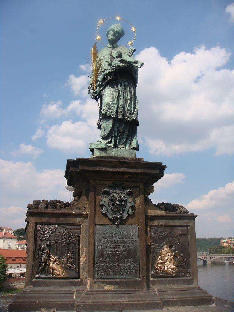 Estátua de São João Nepomuceno, santo tcheco com um arco de 5 estrelas em sua cabeça
