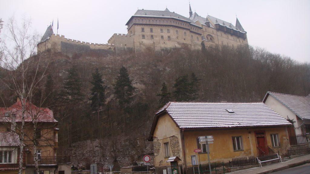 castelo medieval no alto de um morro