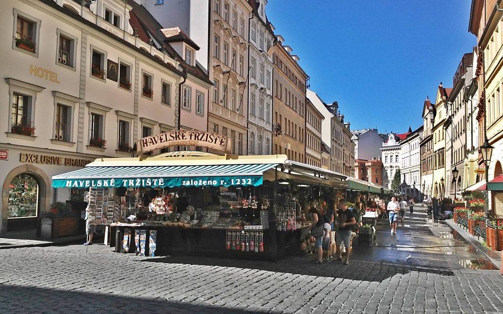 Feira de rua tradicional de Praga com várias barraquinhas em uma rua do centro histórico e antigo da cidade