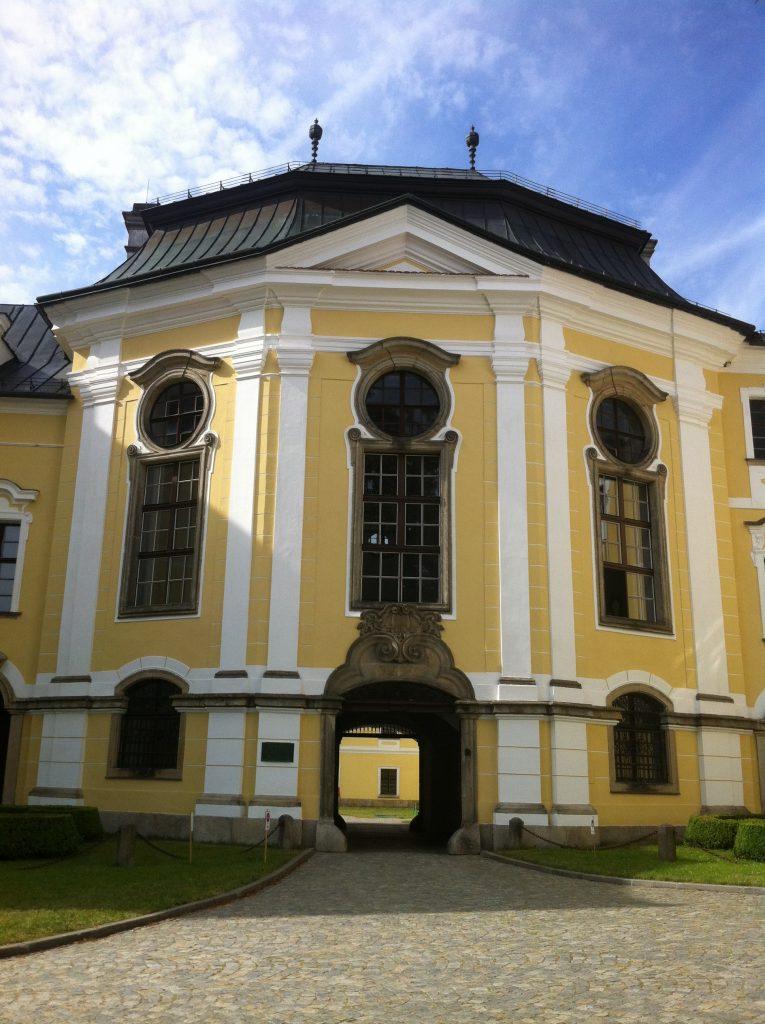 A frente de uma construção barroca que compõem o palácio de Žďár
