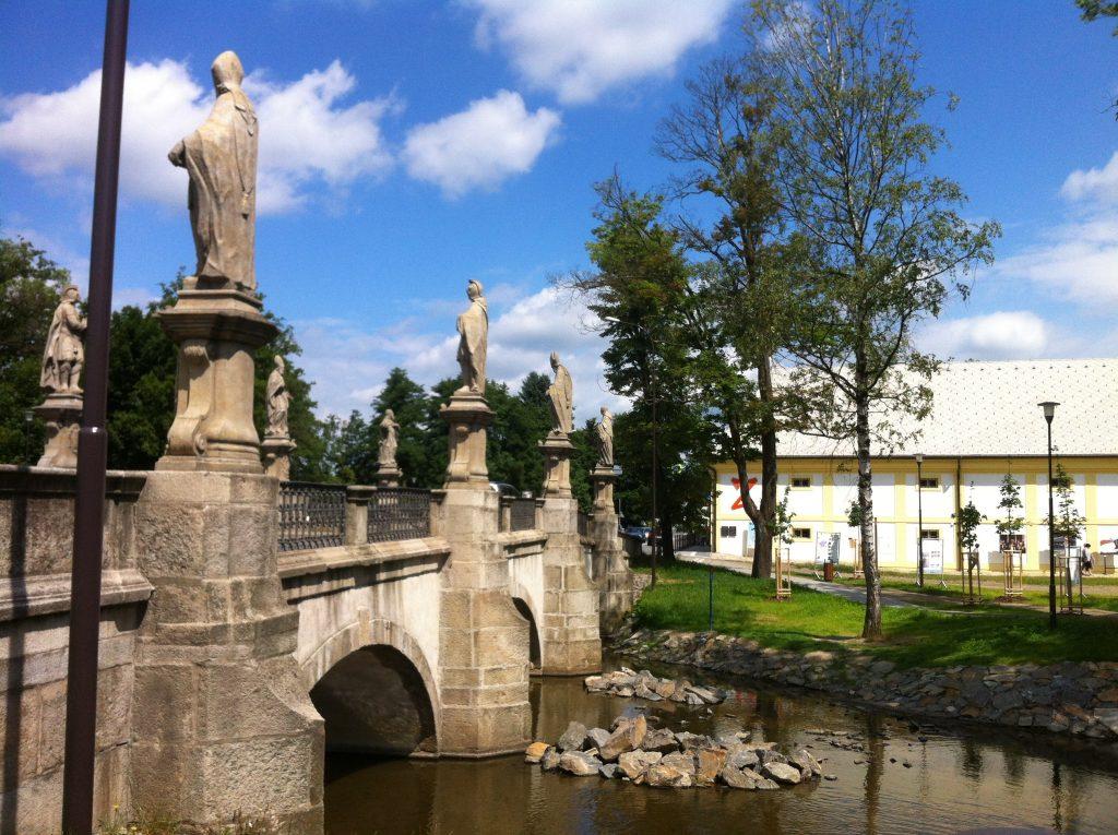ponte medieval com estátuas de santos dos dois lados na cidade tcheca de Zdar nad Sazavou