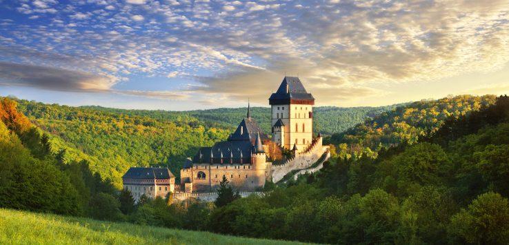 cenário na natureza com o castelo medieval Karlštejn