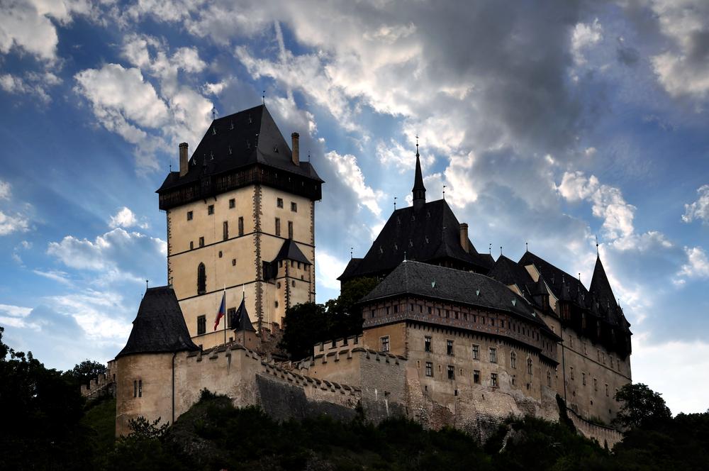castelo de Karlštejn no alto de um morro