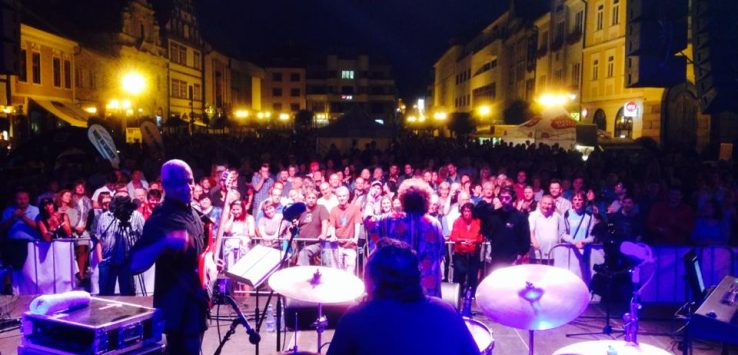 Leny Andrade com sua banda de jazz se apresentando em uma praça da cidade de Brno na República Tcheca.
