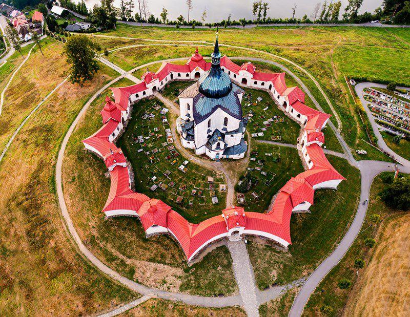Foto aérea de uma igreja com a arquitetura em forma de uma estrela de 5 pontas