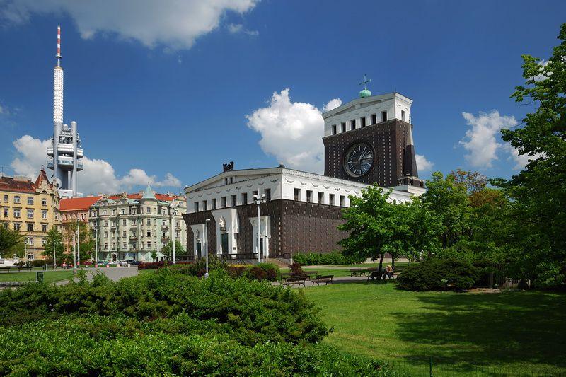 Praça com uma igreja moderna