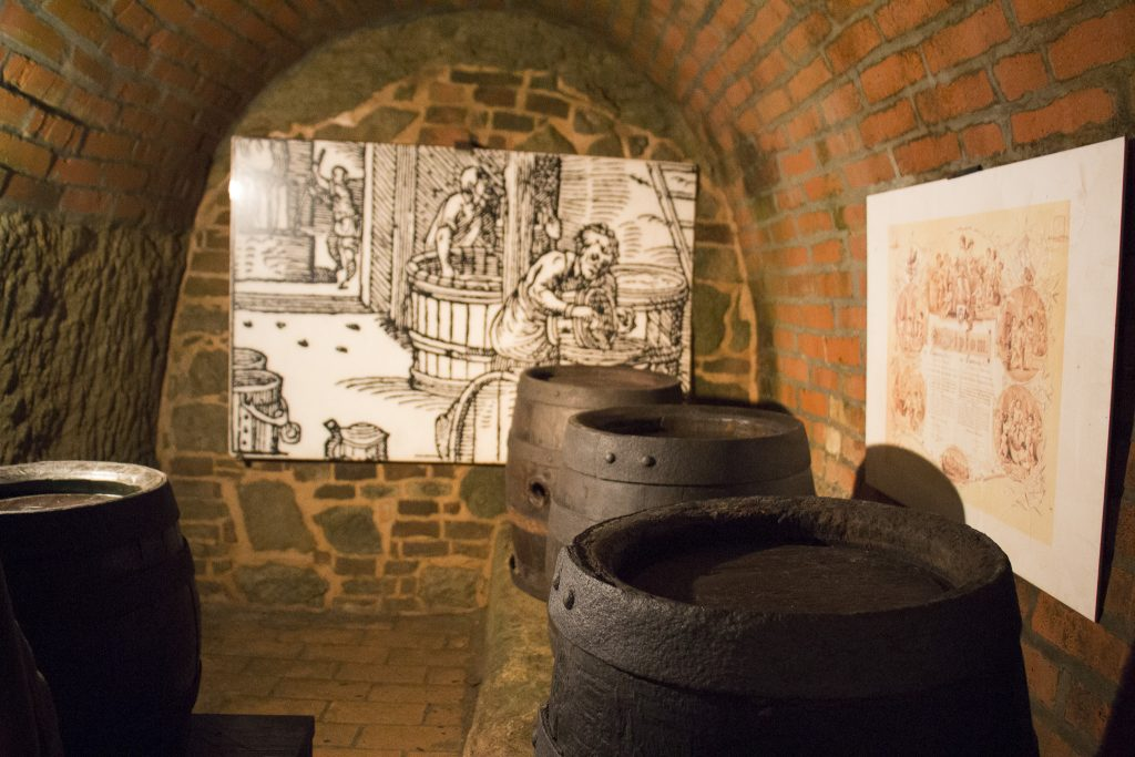 silos que guardam malte em espaços de uma cidade medieval subterrânea