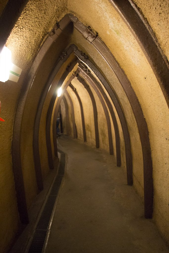 Corredor estreito, fechado e úmido de uma cidade subterrânea