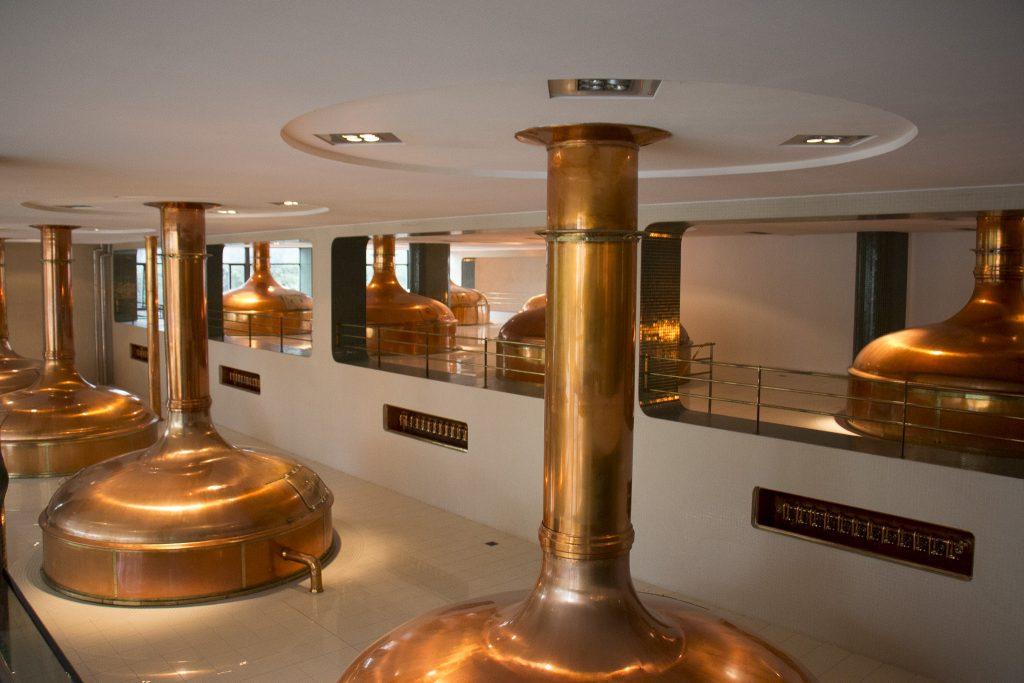 silos de metal em cor dourada para guardar a cerveja
