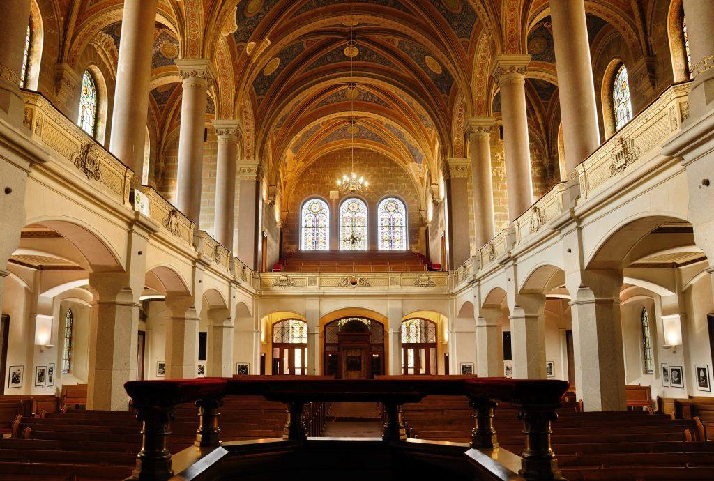 Interior da grande sinagoga de Pilsen construída em estilo mouro-romano