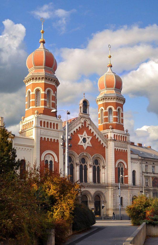 Frente de uma grande sinagoga de 1888 em Pilsen, República Tcheca