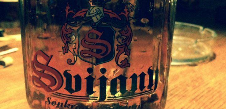 caneco de cerveja em cima de uma mesa