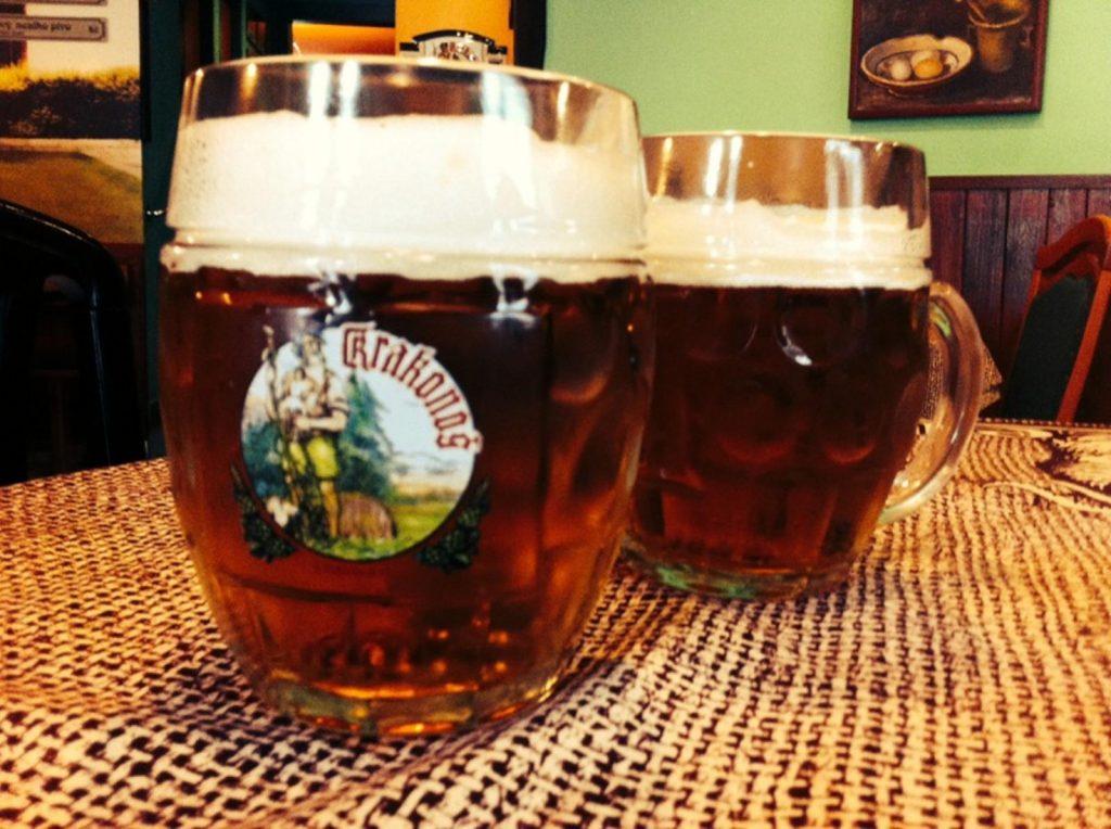 dois canecos de cerveja em uma mesa