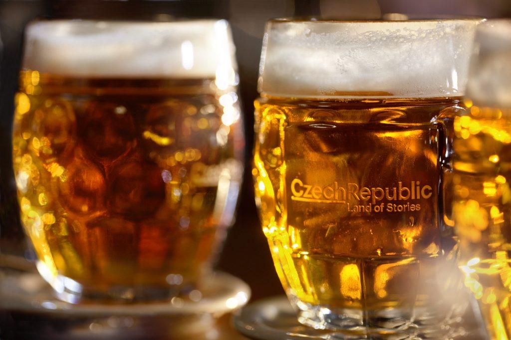 dois copos de meio litro de cerveja tcheca
