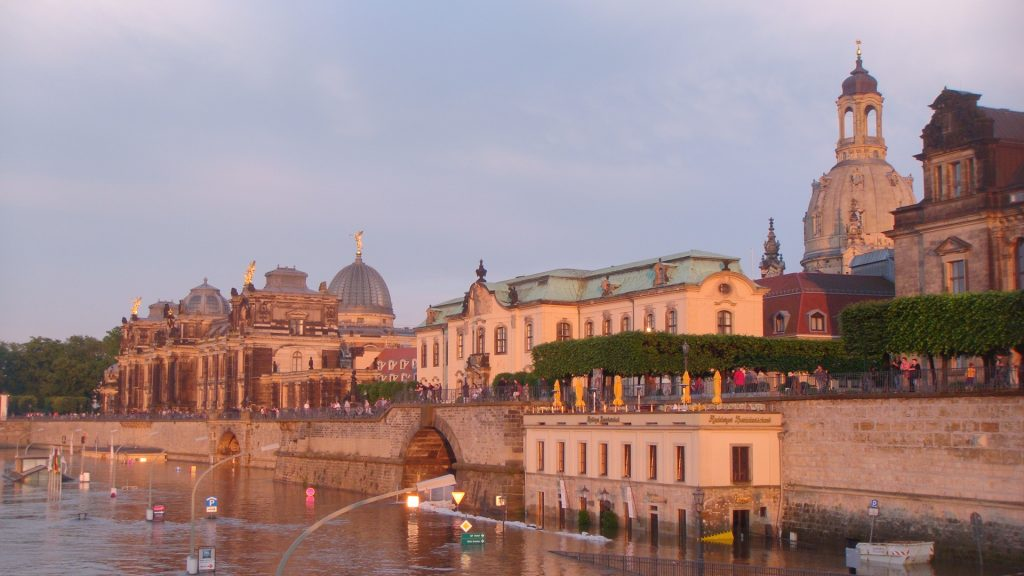 Monumentos históricos próximo ao rio na cidade de Dresden