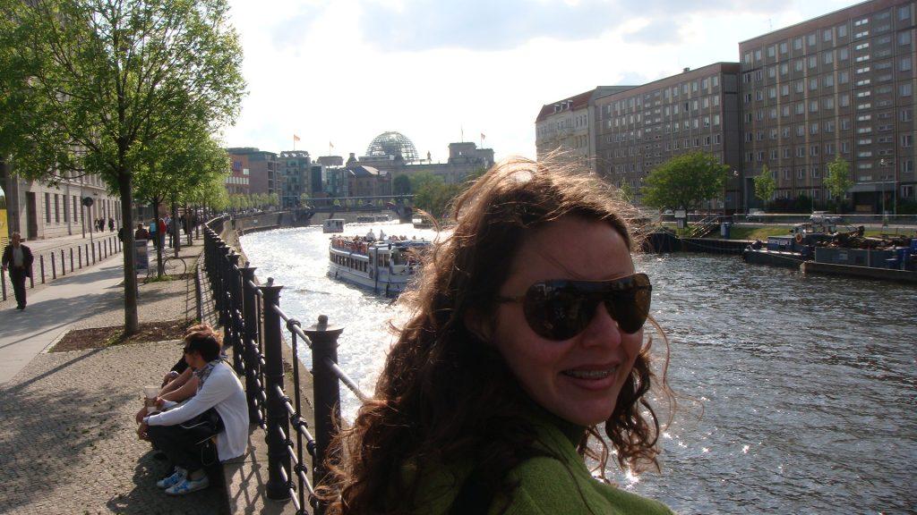 a blogueira Raquel Rezende com o rio da capital alemã ao fundo