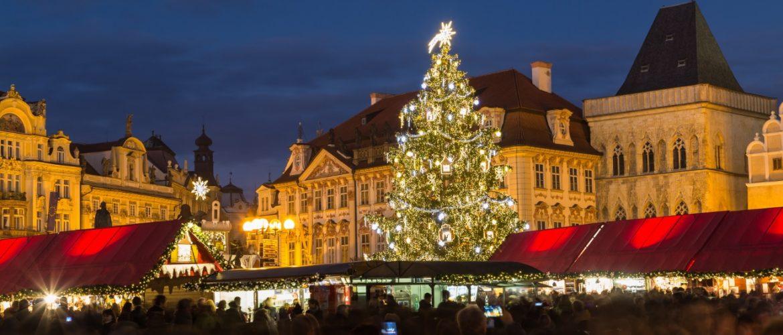 Árvore de Natal bem grande instalada na praça da Cidade Velha, no centro histórico de Praga
