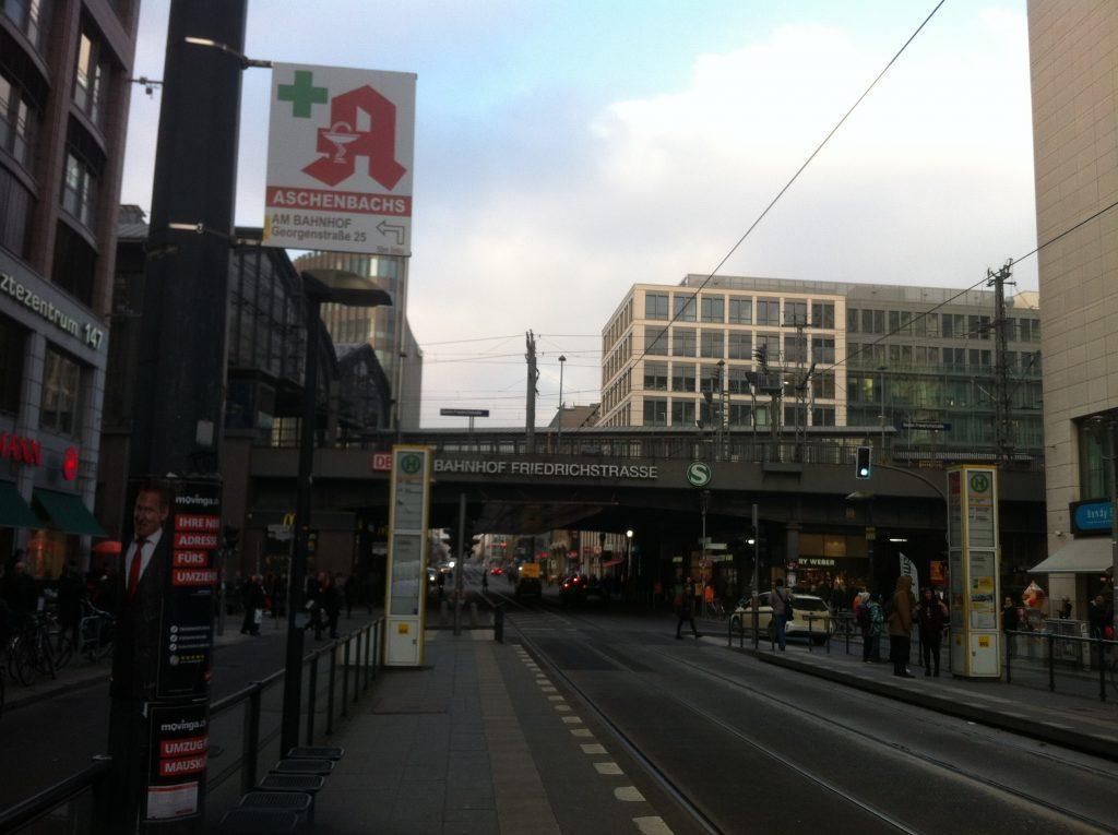 Rua na frente da estação Friedrichstrasse