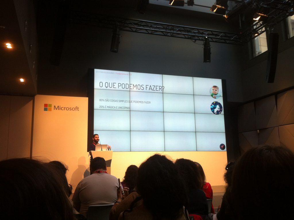 Erick Weicker do blog Euro Dicas dando uma palestra em um palco