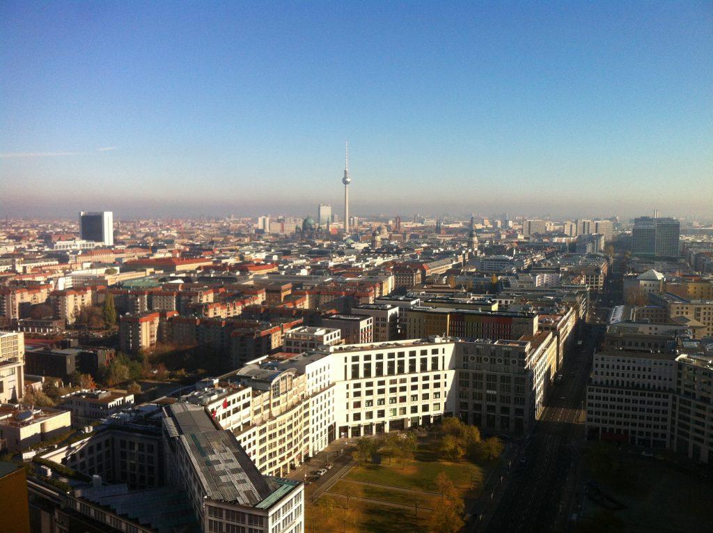 Vista de Berlim do alto de um edifício que chama Panorama Punkt