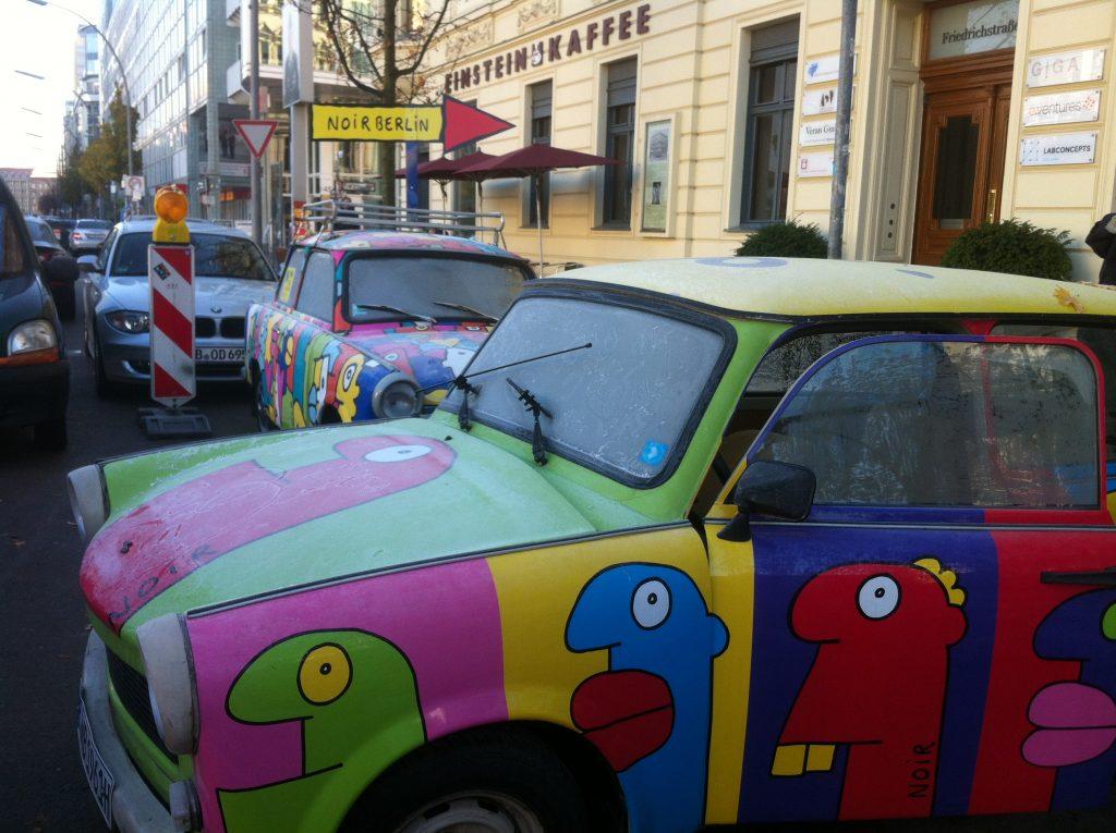 Carro chamado Trabi da antiga Alemanha comunista pintado pelo artista Thierry Noir