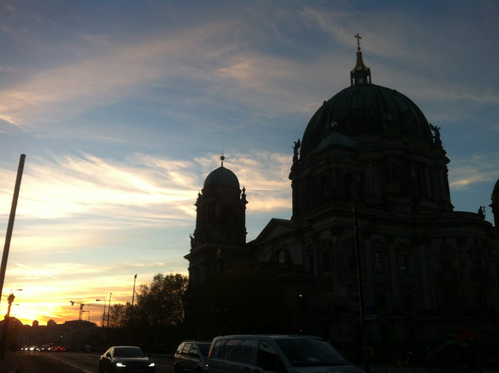 Céu de fim de tarde em Berlim com a catedral Berliner Dom ao fundo