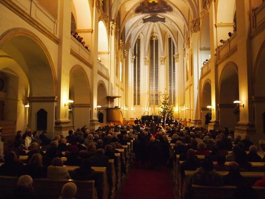 Interior de uma igreja muito tradicional em Praga
